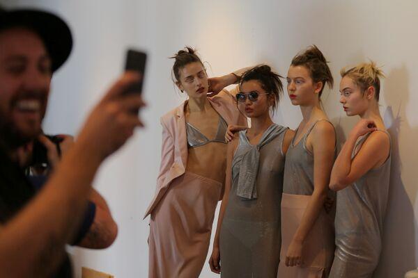 Modelky po ukázce kolekce Gary Bigeni - Sputnik Česká republika