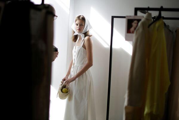 Modelka před ukázkou kolekce módního ateliéru Albus Lumen - Sputnik Česká republika