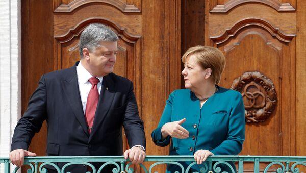 Ukrajinský prezident Petro Porošenko s německou kancléřkou Angelou Merkelovou - Sputnik Česká republika