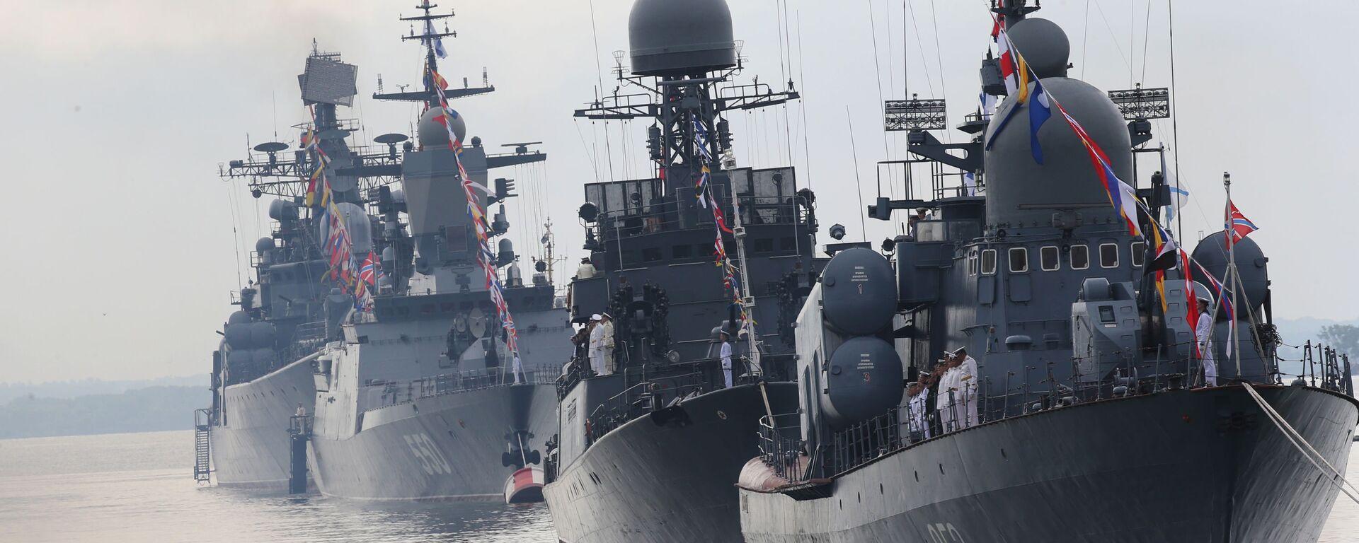 Raketový člun R-129 Kuzněck a lodě Baltského námořnictva v přední linii během generální zkoušky Námořní přehlídky věnované dni ruského námořnictva - Sputnik Česká republika, 1920, 03.07.2021