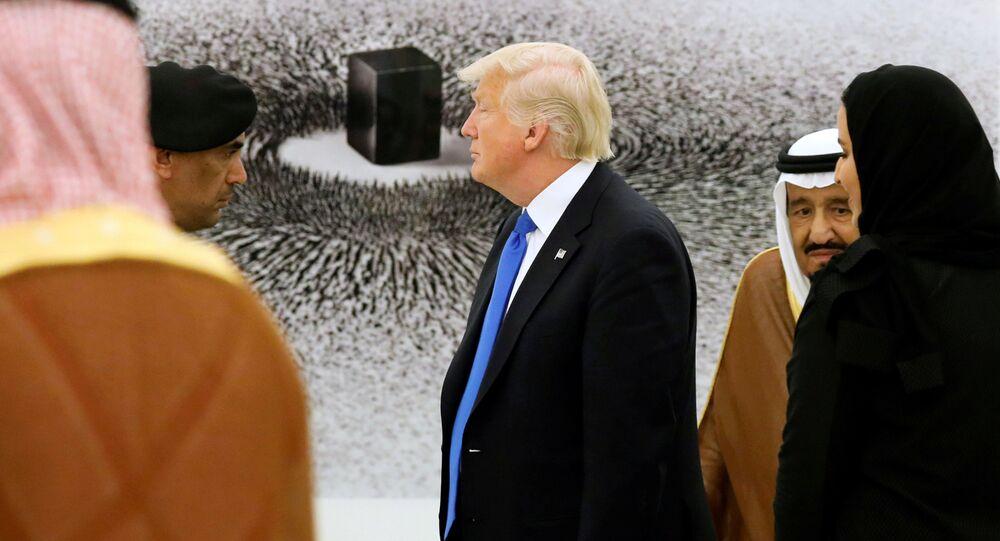 Americký prezident Donald Trump a král Saúdské Arábie Salman bin Abdel Aziz Al Saud během prohlídky sbírky obrazů v královském paláci v Rijádu