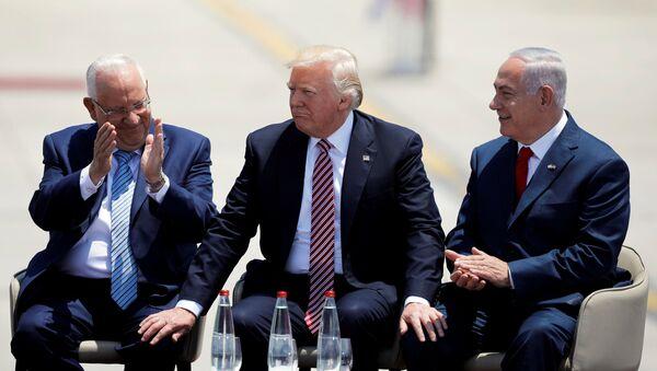 Izraelský prezident Re'uven Rivlin, americký prezident Donald Trump a  izraelský premiér Benjamin Netanjahu - Sputnik Česká republika