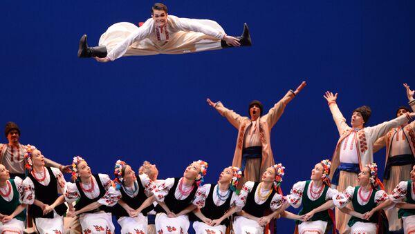 Artisté státního sboru lidového tance tančí hopak ve Velkém divadle v Moskvě - Sputnik Česká republika