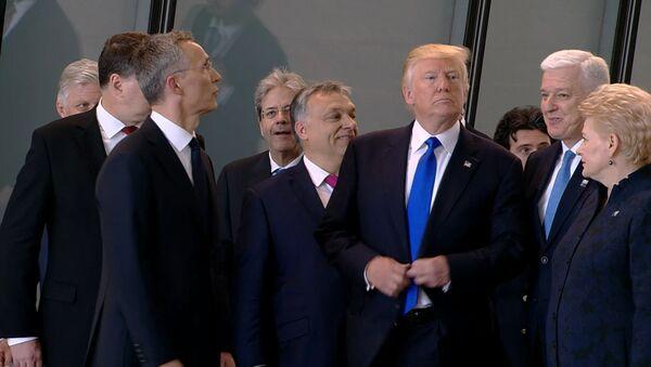 Trump odstrčil překážejícího premiéra Černé Hory - Sputnik Česká republika