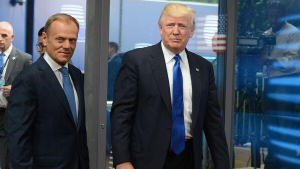Předseda Evropské rady Donald Tusk a prezident USA Donald Trump během summitu v Bruselu - Sputnik Česká republika