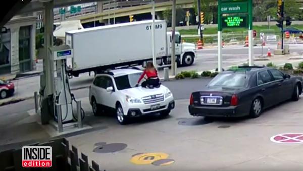 Američanka skočila na kapotu auta, aby zastavila zloděje - Sputnik Česká republika