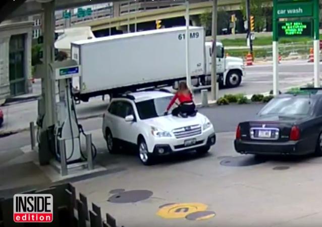Američanka skočila na kapotu auta, aby zastavila zloděje