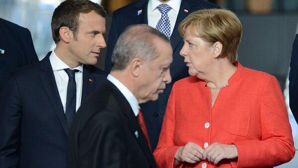 Francouzský prezident Emmanuel Macron, německá kancléřka Angela Merkelová a turecký prezident Recep Tayip Erdogan během summitu NATO - Sputnik Česká republika