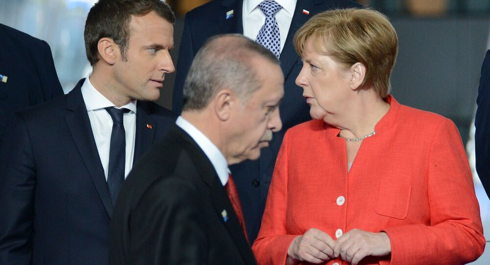 Francouzský prezident Emmanuel Macron, německá kancléřka Angela Merkelová a turecký prezident Recep Tayip Erdogan během summitu NATO