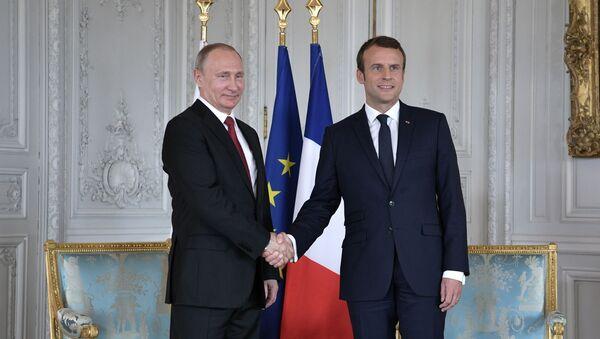 Emmanuel Macron i Vladimir Putin - Sputnik Česká republika