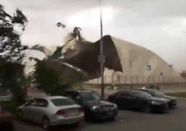 Uragán v Moskvě trhal střechy budov a lámal stromy. Videa očitých svědků