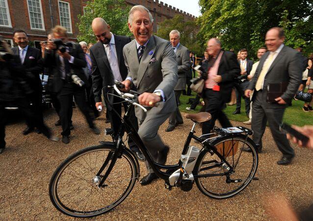Princ Charles na elektrokole v Londýně