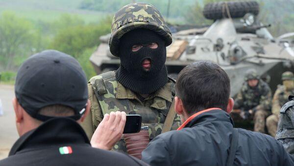 Ukrajinský voják a obyvatelé východní Ukrajiny - Sputnik Česká republika
