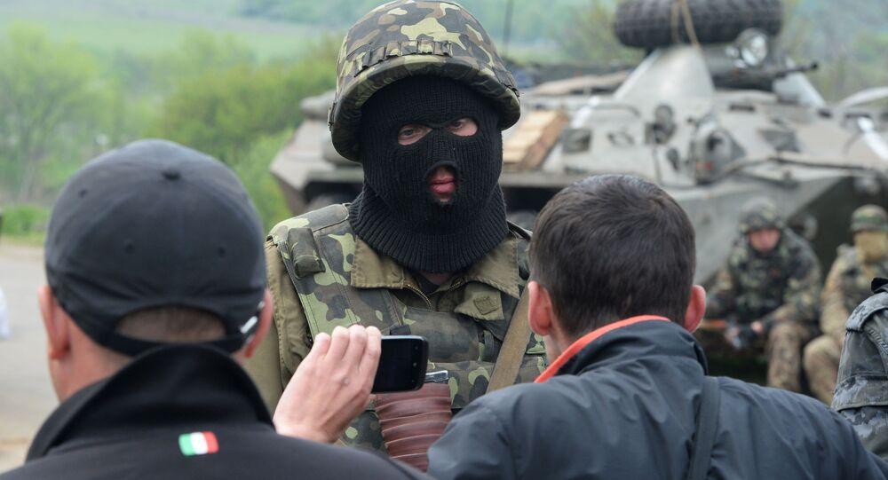 Ukrajinský voják a obyvatelé východní Ukrajiny