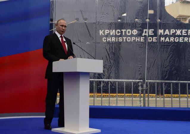 Vladimir Putin během ceremonie pojmenování arktického nosiče plynu Christophe de Margerie