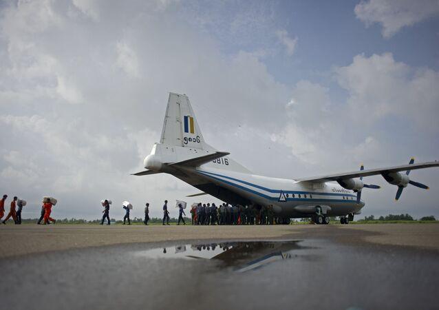 Vojenské letadlo z myanmaru Shaanxi Y-8