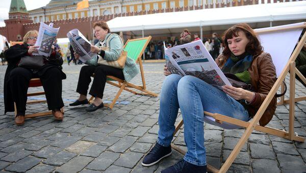 Návštěvníci knižního festivalu Rudé náměstí v Moskvě - Sputnik Česká republika