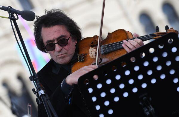 Umělecký vedoucí Státního symfonického orchestru Nové Rusko Jurij Bašmet vystupuje na slavnostním zahájení festivalu - Sputnik Česká republika