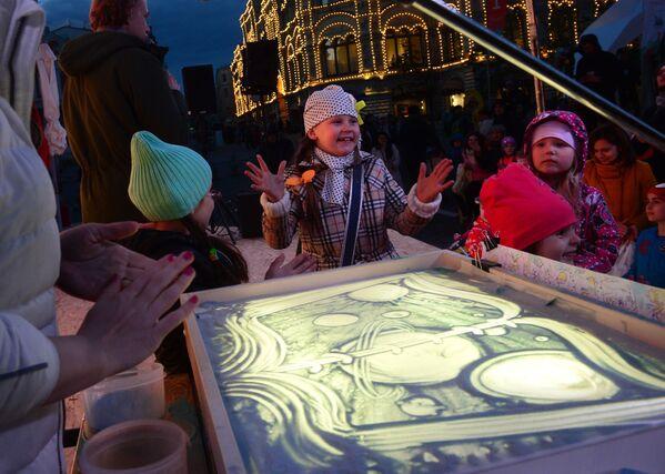 Děti se učily kreslit pískem po sklu na knižním festivalu Rudé náměstí v Moskvě - Sputnik Česká republika