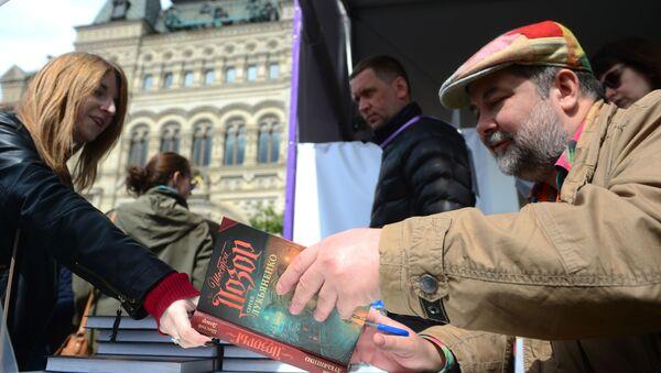 Ruský spisovatel Sergej Lukjanenko na knižním festivalu Rudé náměstí v Moskvě - Sputnik Česká republika