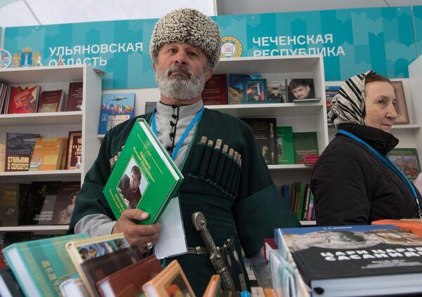 Účastnici knižního festivalu Rudé náměstí v Moskvě - Sputnik Česká republika