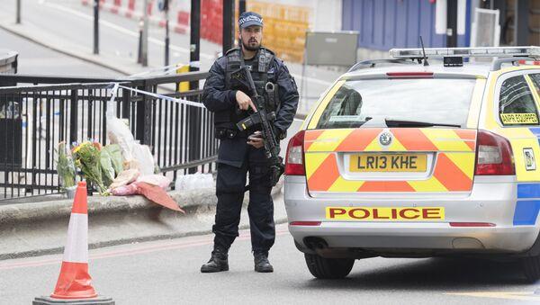 Britský policista hlídkuje u metra. Ilustrační foto - Sputnik Česká republika