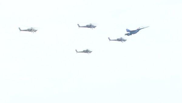 Vysoká pilotáž: Akrobatická letecká skupina Berkuti oslavila své 25. výročí - Sputnik Česká republika