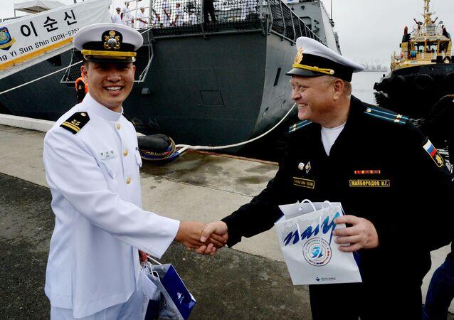Ruský a korejský námořníci
