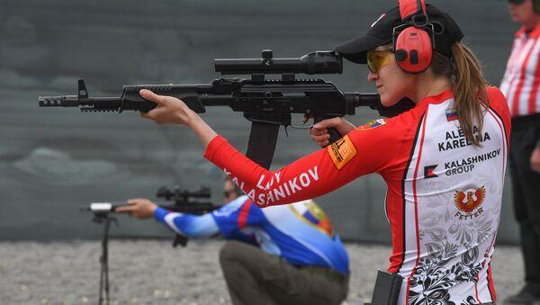 Aljona Karelinová vystupuje na prvním mistrovství světa v praktické střelbě z pušky - Sputnik Česká republika