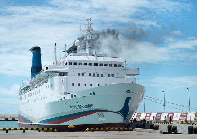 Výletní loď Kníže Vladimir v přístavu města Soči
