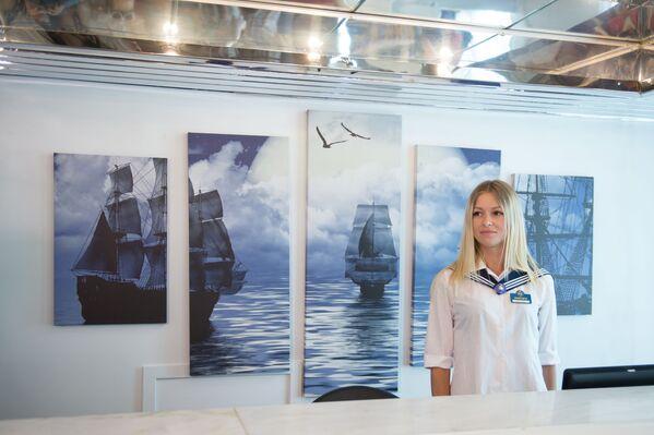 Manažerka na palubě výletní lodí Kníže Vladimir - Sputnik Česká republika