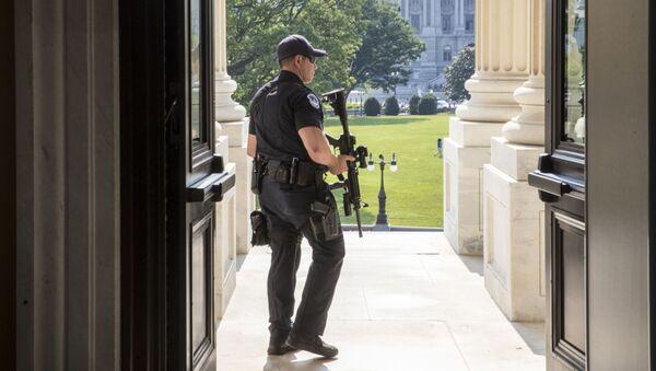 Policista u vchodu do Sněmovny reprezentantů - Sputnik Česká republika