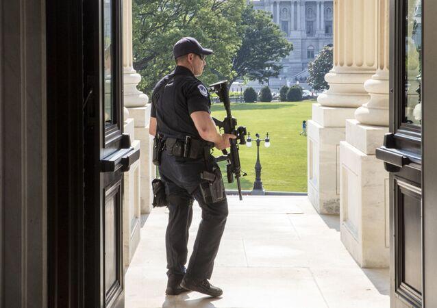 Policista u vchodu do Sněmovny reprezentantů