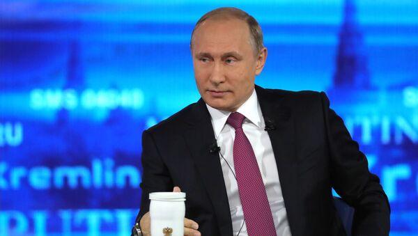 Президент РФ Владимир Путин отвечает на вопросы россиян во время ежегодной специальной программы Прямая линия с Владимиром Путиным - Sputnik Česká republika