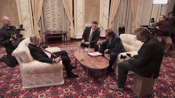 Vladimir Putin a Oliver Stone během interview - Sputnik Česká republika