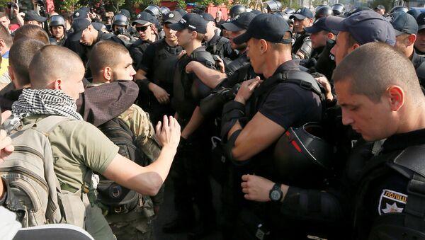 """Ukrajinští radikálové zablokovali cestu """"pochodu rovnosti"""" ve středu Kyjeva - Sputnik Česká republika"""