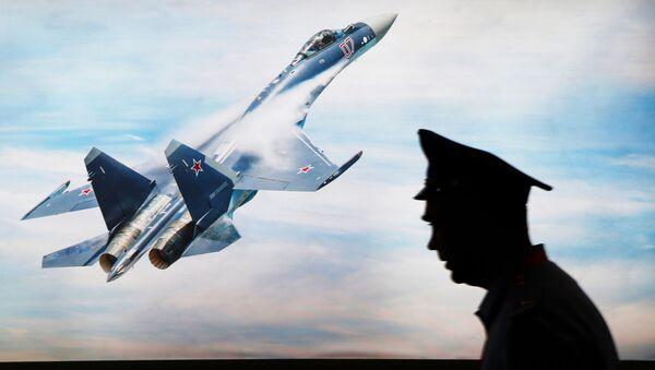 Stíhačka Su-35 na obrazovce na výstavě Indo Defence Expo - Sputnik Česká republika
