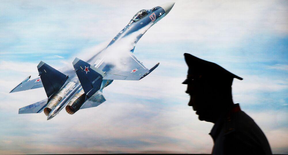 Stíhačka Su-35 na obrazovce na výstavě Indo Defence Expo