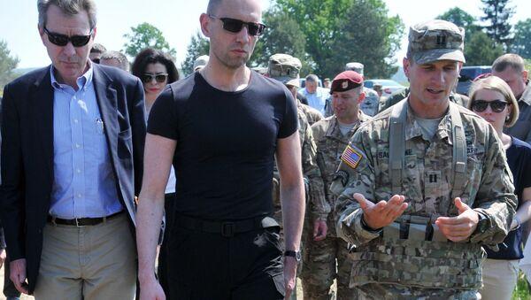 Ukrajinský premiér Arsenij Jaceňuk, vojenská cvičení Fearless Guardian - 2015 - Sputnik Česká republika
