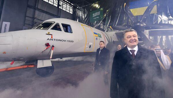 Ukrajinský prezident Pentro Porošenko stojí vedle An-132 společnosti Antonov - Sputnik Česká republika