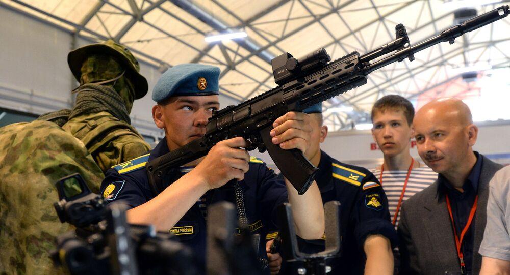 Voják prohlíží model AK-12 na vojenském fóru Army 2015