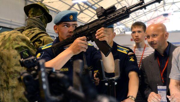 Voják prohlíží model AK-12 na vojenském fóru Army 2015 - Sputnik Česká republika
