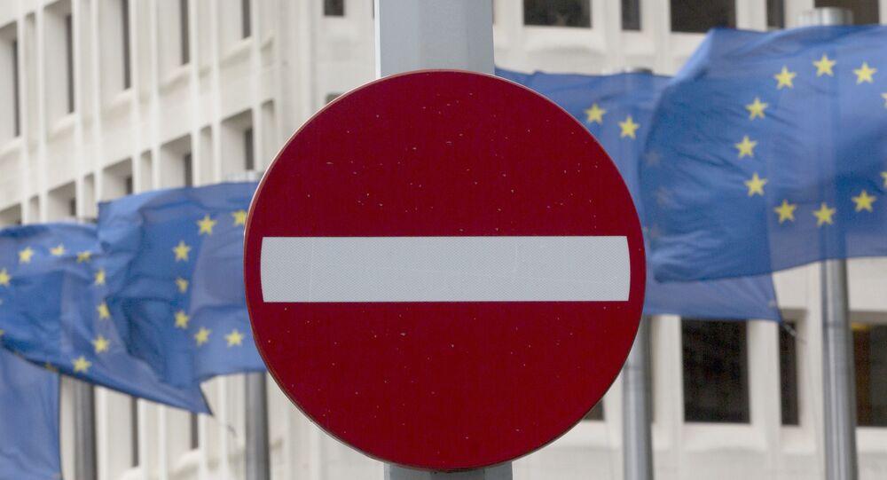 Флаги Евросоюза и знак стоп напротив здания штаб-квартиры Евросоюза в Брюсселе
