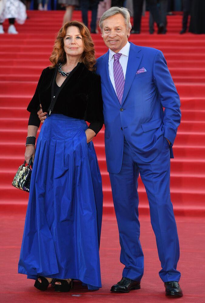 Ruský senátor Alexej Puškov s manželkou Ninou během slavnostního zahájení Moskevského mezinárodního filmového festivalu