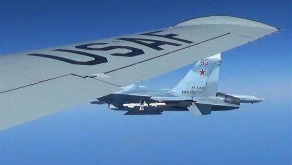 Sblížení Su-27 a RC-135U - Sputnik Česká republika