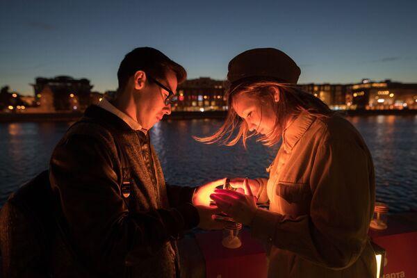 Účastníci vlastenecké akce Linka paměti zapalují svíčky na Krymském nábřeží řeky Moskvy na památku obětí Velké Vlastenecké války - Sputnik Česká republika