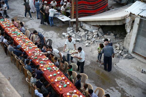 Iftar během posvátného měsíce Ramadán na předměstí Damašku, Sýrie - Sputnik Česká republika