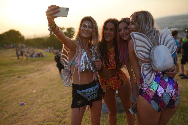 Dívky dělají selfie na hudebním festivalu Glastonbury v Anglii - Sputnik Česká republika