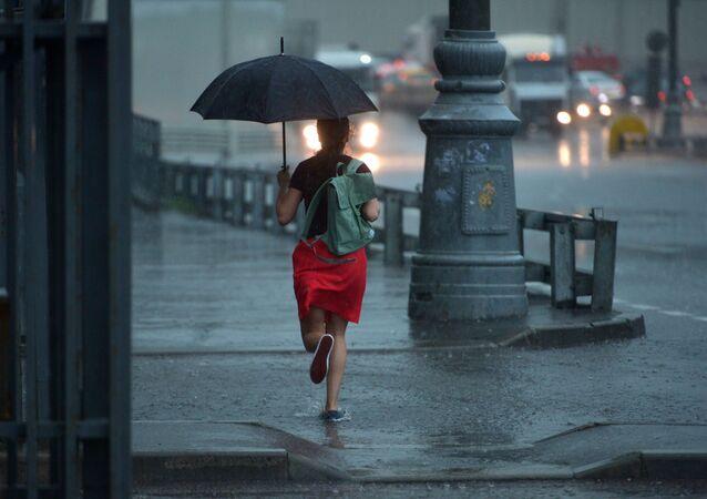 Dívka s deštníkem