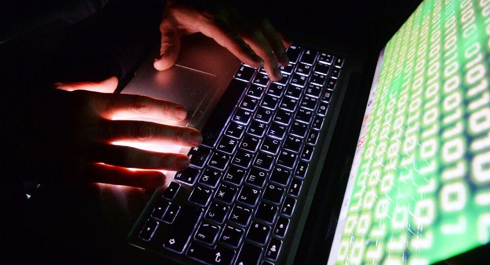 Virus na obrazovce notebooku